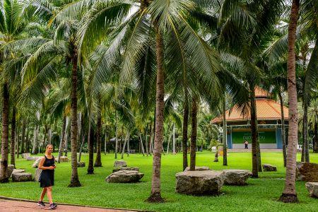 Große Palmen, kleines Mädchen